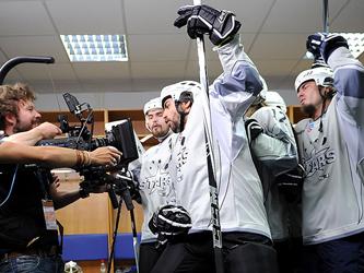 Голые новосибирцы устроили соревнования по ловле раков.